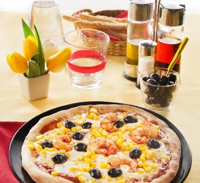 Pizza aux crevettes, maïs et olives noires - Galbani