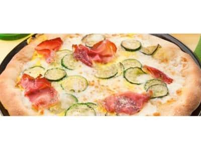 Pizza blanche au jambon speck, aux courgettes et au safran - Galbani