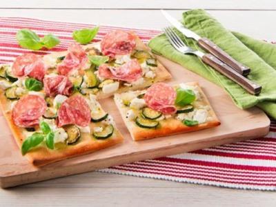 Pizza avec Ricotta, courgettes et salami - Galbani