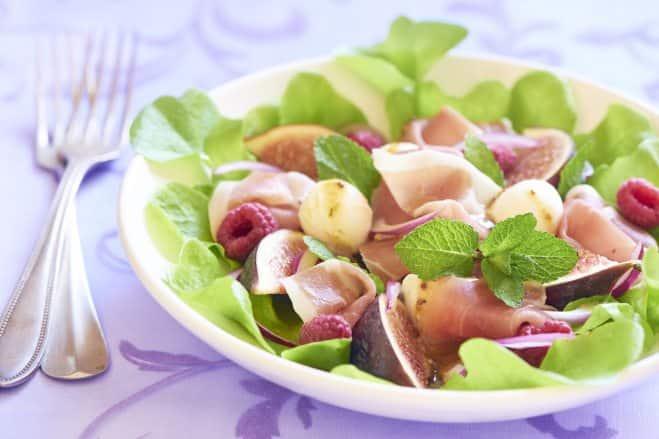 Salade de roquette aux figues, jambon cru et mozzarella - Galbani