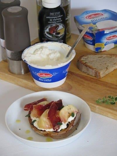 Tartine de Ricotta, pêche et jambon cru - Galbani
