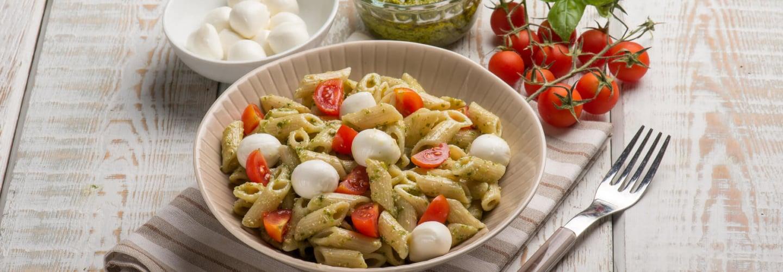 Pâtes froides au pesto, mozzarella et tomates