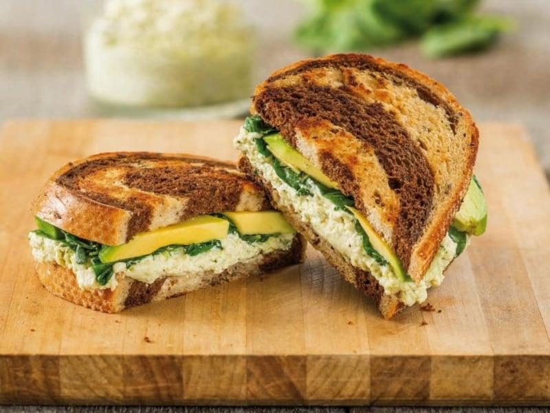 Sandwich ricotta-pesto-avocat - Galbani
